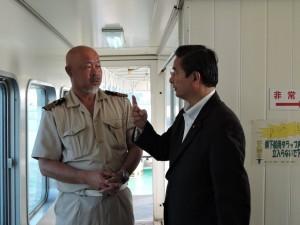 官用船の船長と