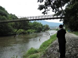 子供たちの川遊び
