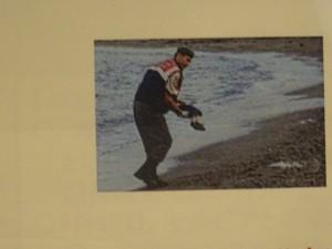 難民(シリア難民少年の死亡写真)